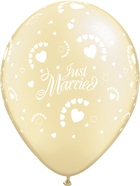 Just Married Hearts Pearl Ivory Latex Round 11in/27.5cm