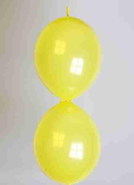 Doorknoopballon 25cm kristal geel